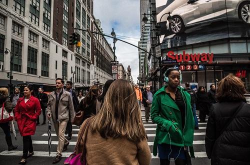 一人で歩く女性(街)