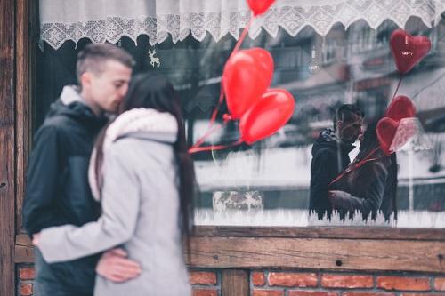 ウインドウショッピングでデートするカップル