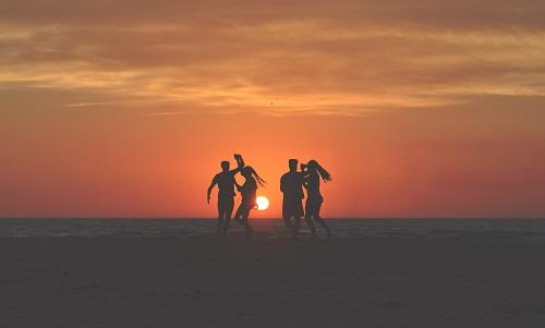 夕日とカップルたち