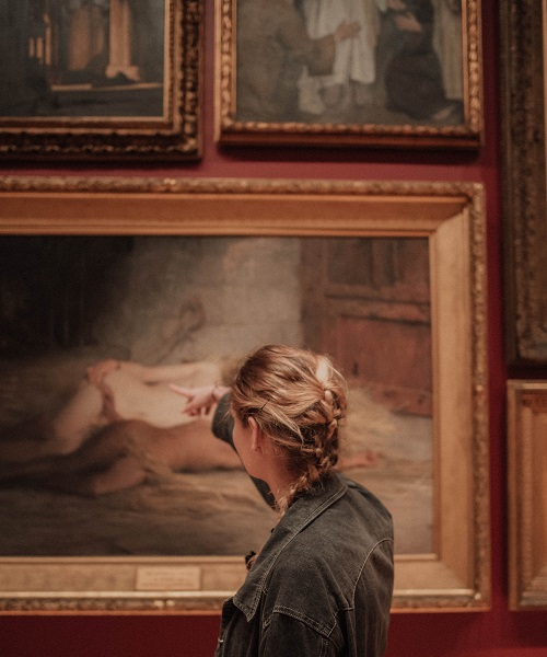 美術館でデートする女性
