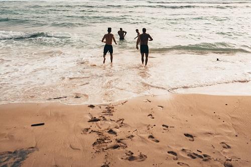 男グループと海