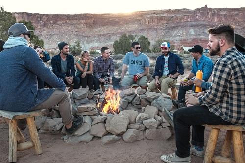 仲間と楽しむキャンプ