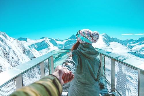 冬スキーするカップル