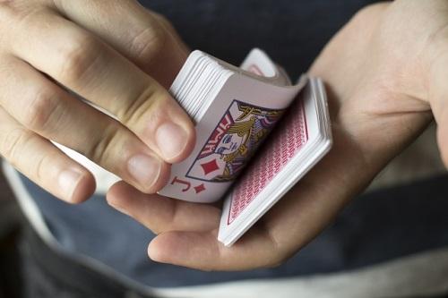 マジックをする男性