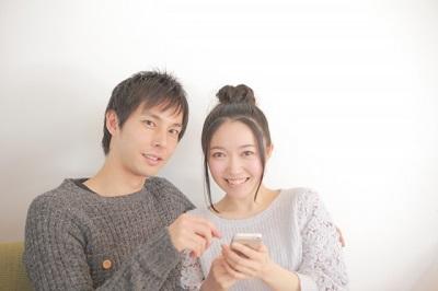 カップル 笑顔 携帯