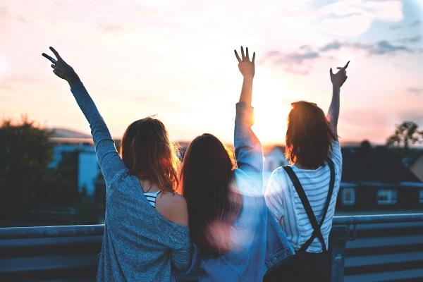 旅行する女性3人
