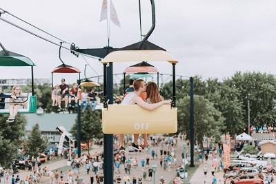 遊園地で遊ぶカップル