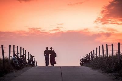 絆を深め合うカップル