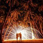 花火をするカップル