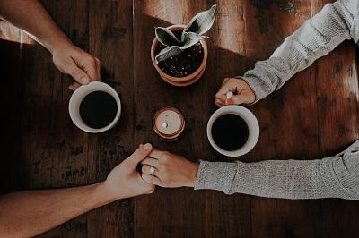 珈琲を飲むカップル