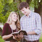 本を読むカップル