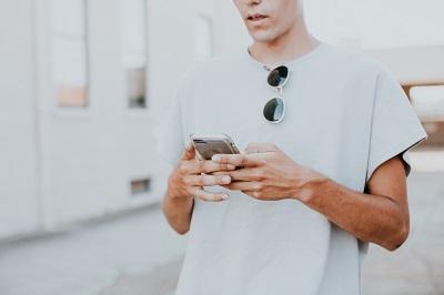 男性が携帯を触る