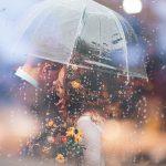 傘をさすカップル