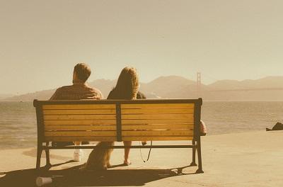 椅子とカップル