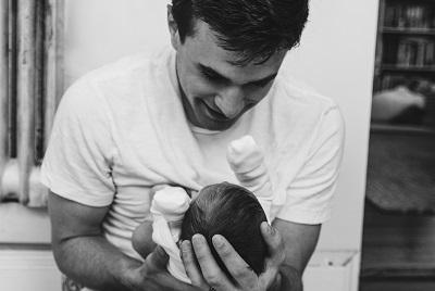 子供を抱っこする男性