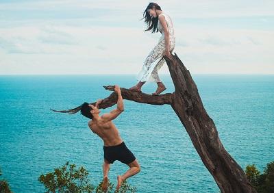 木にいるカップル
